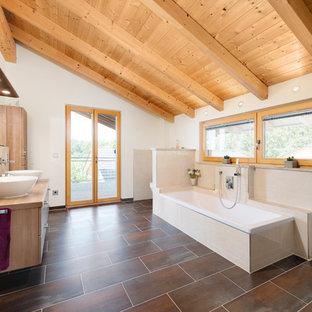 Ispirazione per una grande stanza da bagno padronale scandinava con ante lisce, vasca da incasso, piastrelle beige, piastrelle in ceramica, pareti bianche, lavabo a bacinella, top in legno, ante in legno scuro, pavimento marrone e top beige