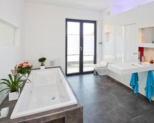 Mittelgroßes Modernes Badezimmer En Suite Mit Flächenbündigen  Schrankfronten, Weißen Schränken, Einbaubadewanne, Bodengleicher Dusche