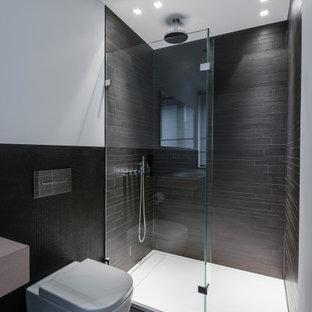 Mittelgroßes Modernes Duschbad mit bodengleicher Dusche, Wandtoilette, grauen Fliesen, Trogwaschbecken, Waschtisch aus Holz, grauem Boden, offener Dusche und beiger Waschtischplatte in Köln