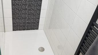 Modernes Bad in Schwarz und Weiß