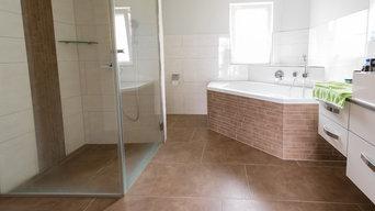 Modernes Bad mit bodengleicher Dusche & Eckbadewanne