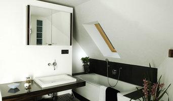Modernes Bad mit Schiefer und Glasstein