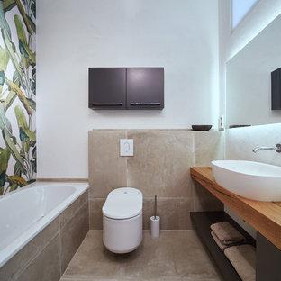 Foto di una stanza da bagno design di medie dimensioni con nessun'anta, ante grigie, vasca da incasso, WC a due pezzi, piastrelle bianche, piastrelle in pietra, pareti bianche, pavimento in mattoni, lavabo a bacinella, top in legno, pavimento marrone e top marrone