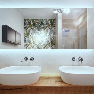Idéer för mellanstora funkis brunt badrum, med öppna hyllor, grå skåp, ett platsbyggt badkar, en toalettstol med separat cisternkåpa, vit kakel, stenkakel, vita väggar, tegelgolv, ett fristående handfat, träbänkskiva och brunt golv
