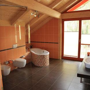 Idee per una stanza da bagno con doccia country con doccia a filo pavimento, WC sospeso, piastrelle marroni e pareti arancioni