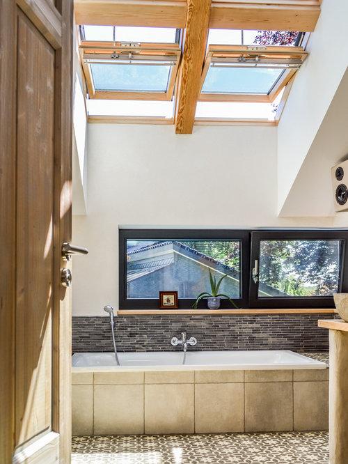 Einrichtungsidee Für Mittelgroße Country Badezimmer Mit Aufsatzwaschbecken,  Einbaubadewanne, Bodengleicher Dusche, Zementfliesen, Braunen