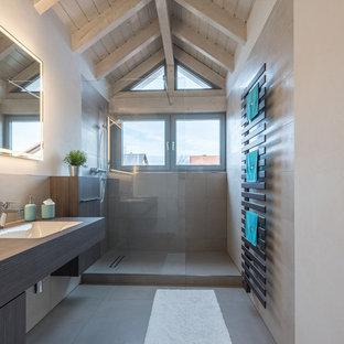 Salle de bain avec des portes de placard en bois sombre Stuttgart ...