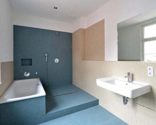Mittelgroßes Modernes Badezimmer Mit Wandwaschbecken, Blauen Fliesen,  Beigefarbenen Fliesen, Mosaikfliesen, Beiger Wandfarbe