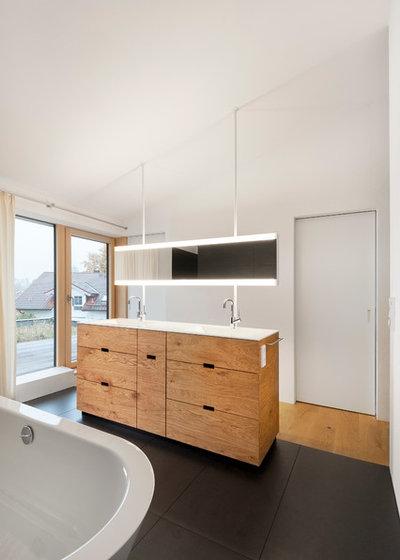 Modern Badezimmer by architektur + raum