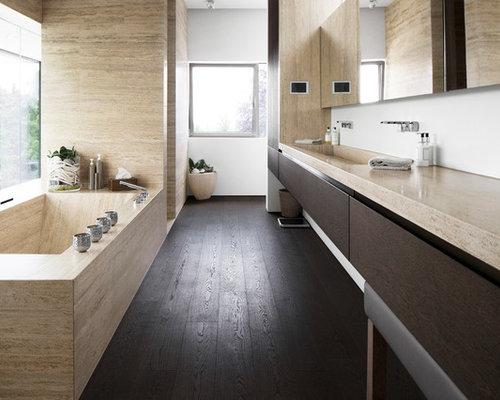 Mittelgroßes Modernes Badezimmer Mit Duschnische, Weißer Wandfarbe, Dunklem  Holzboden, Integriertem Waschbecken, Flächenbündigen