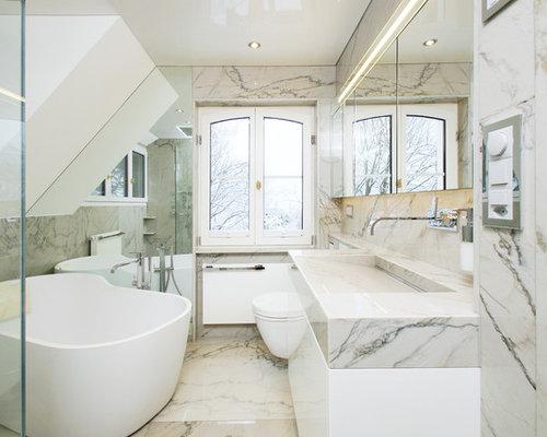 Mittelgroßes Klassisches Duschbad Mit Flächenbündigen Schrankfronten,  Weißen Schränken, Freistehender Badewanne, Nasszelle, Wandtoilette