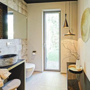 ミュンヘンの小さい地中海スタイルのおしゃれなバスルーム (浴槽なし) (壁掛け式トイレ、ベージュのタイル、茶色いタイル、ベージュの壁、セメントタイルの床、ベッセル式洗面器、ベージュの床、珪岩の洗面台) の写真