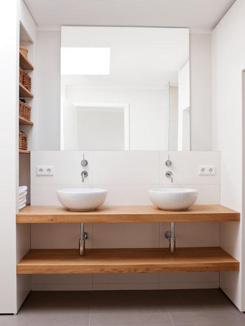 moderne badezimmer mit waschtisch aus holz: design-ideen, Badezimmer