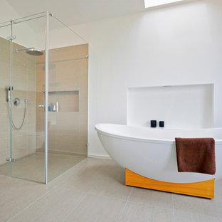 Hervorragend Modernes Badezimmer En Suite Mit Freistehender Badewanne, Bodengleicher  Dusche, Beigefarbenen Fliesen Und Weißer Wandfarbe