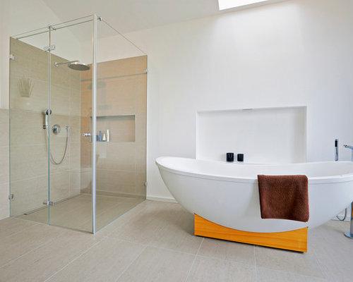 Modernes Badezimmer En Suite Mit Freistehender Badewanne, Bodengleicher  Dusche, Beigefarbenen Fliesen Und Weißer Wandfarbe