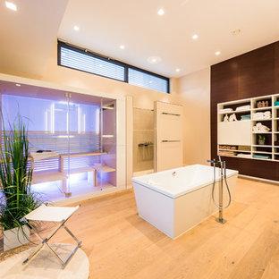 Foto de sauna contemporánea, grande, con puertas de armario blancas, encimera de madera, jacuzzi, baldosas y/o azulejos de vidrio, paredes blancas, suelo de madera en tonos medios, armarios abiertos y baldosas y/o azulejos beige