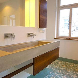 Mittelgroßes Modernes Badezimmer mit flächenbündigen Schrankfronten, weißer Wandfarbe, Porzellan-Bodenfliesen, integriertem Waschbecken und Beton-Waschbecken/Waschtisch in Stuttgart