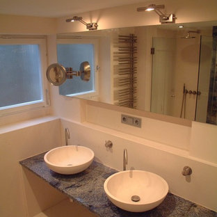 Esempio di una stanza da bagno padronale contemporanea di medie dimensioni con ante lisce, piastrelle gialle, piastrelle di marmo, pareti bianche, pavimento in pietra calcarea, lavabo a bacinella, top in pietra calcarea, pavimento beige e top blu