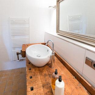 Foto di una stanza da bagno design di medie dimensioni con piastrelle bianche, pareti bianche, pavimento in terracotta, lavabo a bacinella e top in legno
