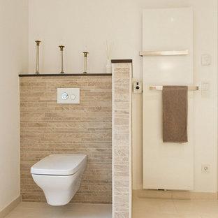 Modernes Badezimmer Mit Wandtoilette, Beigefarbenen Fliesen, Braunen  Fliesen, Weißer Wandfarbe, Stäbchenfliesen Und