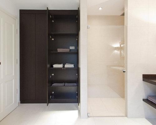 Mittelgroßes Modernes Badezimmer Mit Flächenbündigen Schrankfronten,  Dunklen Holzschränken, Duschnische, Weißer Wandfarbe, Waschtisch