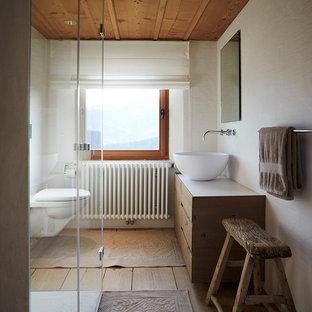 Kleines Rustikales Badezimmer Mit Flächenbündigen Schrankfronten,  Hellbraunen Holzschränken, Bodengleicher Dusche, Wandtoilette, Beiger
