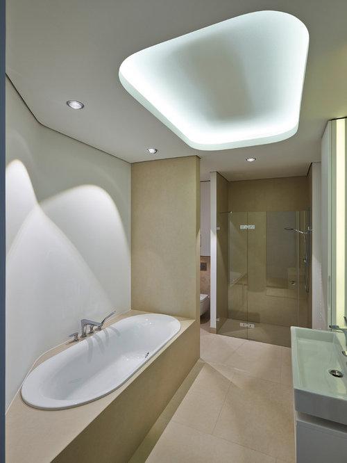 Mittelgroßes Modernes Badezimmer Mit Einbaubadewanne, Duschnische,  Wandtoilette, Beigefarbenen Fliesen, Weißer Wandfarbe,