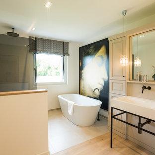 Großes Klassisches Badezimmer En Suite mit freistehender Badewanne, beiger Wandfarbe, hellem Holzboden, weißen Schränken, beigefarbenen Fliesen, Schrankfronten mit vertiefter Füllung, Waschtischkonsole und offener Dusche in Köln