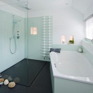 Idee per una grande stanza da bagno padronale stile marinaro con ante lisce, ante bianche, vasca da incasso, doccia aperta, WC a due pezzi, piastrelle verdi, lastra di vetro, pareti bianche, pavimento in marmo, lavabo a bacinella, top in granito e doccia aperta