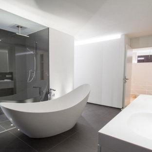 AuBergewohnlich Geräumiges Modernes Badezimmer Mit Bodengleicher Dusche, Grauen Fliesen,  Weißer Wandfarbe, Integriertem Waschbecken Und