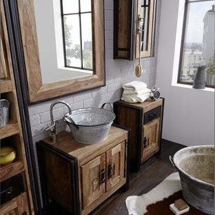 Ejemplo de cuarto de baño con ducha, industrial, pequeño, con armarios con paneles empotrados, puertas de armario de madera oscura, bañera exenta, baldosas y/o azulejos blancos, paredes blancas, suelo de madera oscura, lavabo sobreencimera, encimera de madera, suelo marrón y encimeras marrones