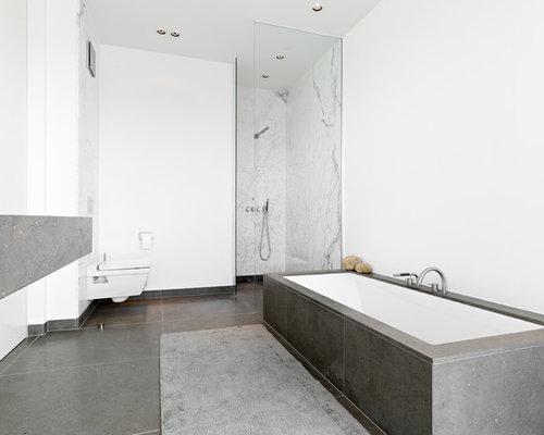 Kleines Modernes Badezimmer Mit Badewanne In Nische, Wandtoilette, Weißer  Wandfarbe, Offener Dusche,