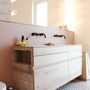 На фото: ванные комнаты в стиле модернизм с плоскими фасадами, фасадами цвета дерева среднего тона и розовыми стенами
