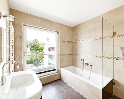Mittelgroßes Modernes Badezimmer Mit Integriertem Waschbecken, Badewanne In  Nische, Beigefarbenen Fliesen, Braunen Fliesen