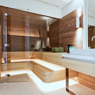 Идея дизайна: баня и сауна среднего размера в современном стиле с плоскими фасадами, белыми фасадами, отдельно стоящей ванной, бежевой плиткой, плиткой из листового камня, белыми стенами, полом из известняка, настольной раковиной и столешницей из известняка