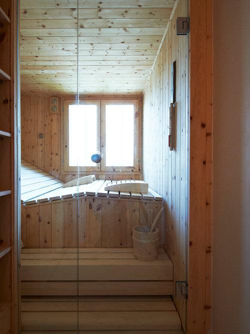 Klassisches Badezimmer Mit Beiger Wandfarbe Und Sauna In Sonstige