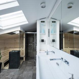Mittelgroßes Modernes Badezimmer mit Duschnische, grauen Fliesen, weißer Wandfarbe, Sauna, Trogwaschbecken, grauem Boden, weißer Waschtischplatte und Falttür-Duschabtrennung in Nürnberg