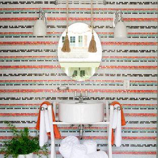 Idee per una piccola stanza da bagno bohémian con pareti multicolore, lavabo a bacinella, pavimento multicolore, piastrelle multicolore, piastrelle in ceramica e pavimento con piastrelle in ceramica