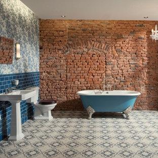 Großes Industrial Duschbad mit freistehender Badewanne, Toilette mit Aufsatzspülkasten, blauen Fliesen, Keramikboden, Waschtischkonsole, Duschbadewanne, Metrofliesen, bunten Wänden und weißem Boden in München