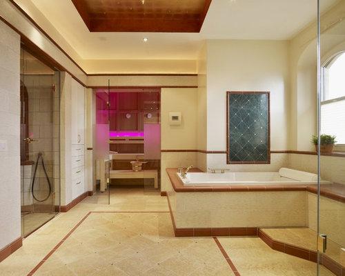 Geräumiges Modernes Badezimmer Mit Einbaubadewanne, Bodengleicher Dusche,  Beigefarbenen Fliesen, Terrakottafliesen, Beiger Wandfarbe