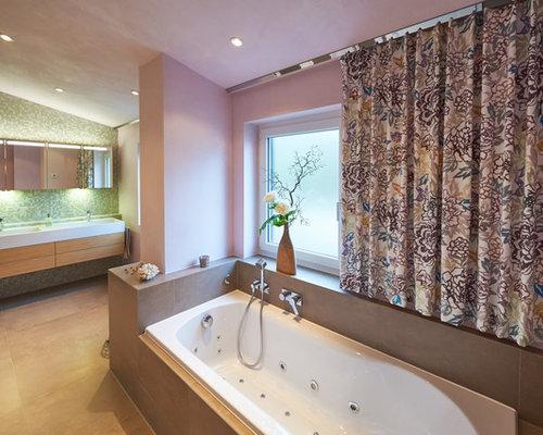 Badezimmer mit badewanne in nische und rosa wandfarbe - Badezimmer stuttgart ...