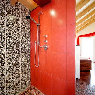 Ispirazione per una grande stanza da bagno boho chic con doccia a filo pavimento, piastrelle beige, piastrelle rosse, piastrelle nere, pavimento con piastrelle a mosaico, vasca da incasso, piastrelle in ceramica e pareti beige