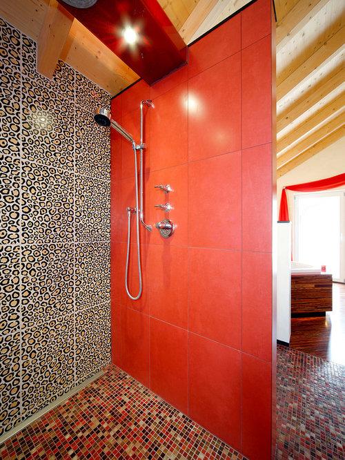 Großes Eklektisches Badezimmer Mit Bodengleicher Dusche, Beigefarbenen  Fliesen, Roten Fliesen, Schwarzen Fliesen,