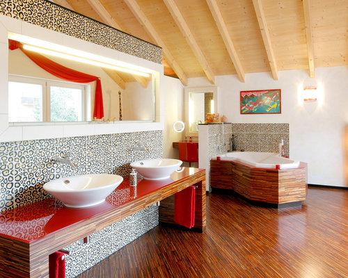 Badezimmer Mit Eckbadewanne. Ferienwohnung Im Haus Bergblick