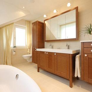 Mittelgroßes Country Badezimmer Mit Kassettenfronten, Dunklen  Holzschränken, Beigefarbenen Fliesen, Beiger Wandfarbe, Einbauwaschbecken