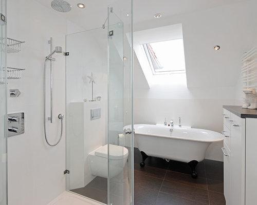 Kleines Modernes Badezimmer Mit Flächenbündigen Schrankfronten,  Freistehender Badewanne, Wandtoilette, Grauen Fliesen, Weißer