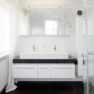 Kleines Modernes Duschbad Mit Flächenbündigen Schrankfronten, Weißen  Schränken, Schwarzen Fliesen, Weißer Wandfarbe,