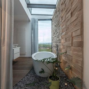 Mittelgroßes Modernes Badezimmer En Suite mit flächenbündigen Schrankfronten, weißen Schränken, freistehender Badewanne, weißer Wandfarbe, braunem Holzboden, Aufsatzwaschbecken und braunem Boden in Stuttgart