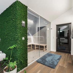 Großes Modernes Badezimmer mit Bidet, weißer Wandfarbe, braunem Holzboden, Sauna und braunem Boden in Stuttgart