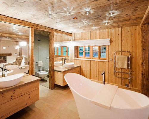 Großes Landhausstil Badezimmer Mit Hellbraunen Holzschränken, Freistehender  Badewanne, Brauner Wandfarbe, Aufsatzwaschbecken, Braunem